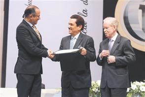 El ministro de Cultura, José Antonio Rodríguez, entrega el premio a Tony Raful. A la derecha, José Luis Corripio. Listín Diario